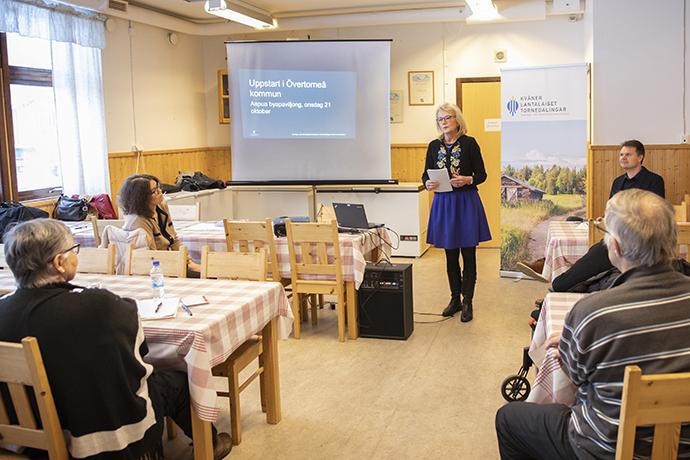 Elisabet Fura talar i en sal inför åskådare