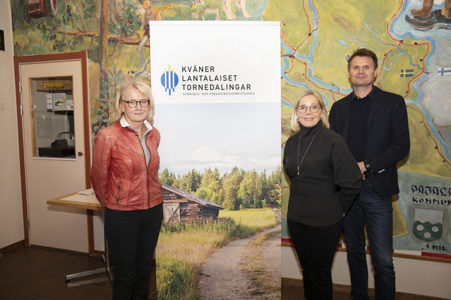 Elisabet Fura står till vänster om kommissionens rollup. Till höger står Pernilla Krusberg och Stefan Aro