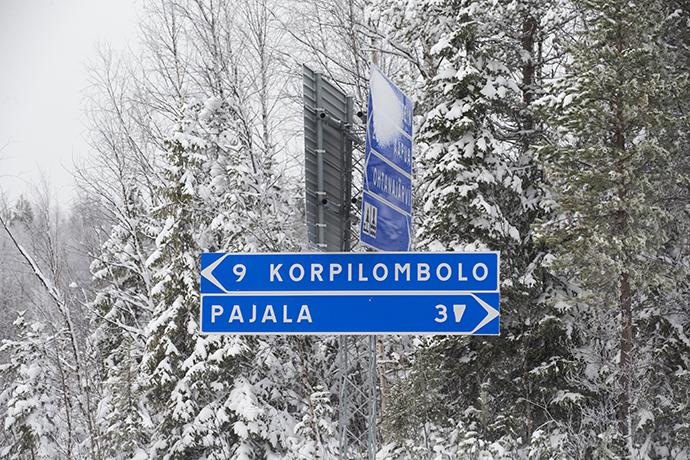 Vägskylt åt vänster står det 9 Korpilombolo, åt höger Pajala 3